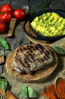 Вид сбоку на гриле стейк из говядины