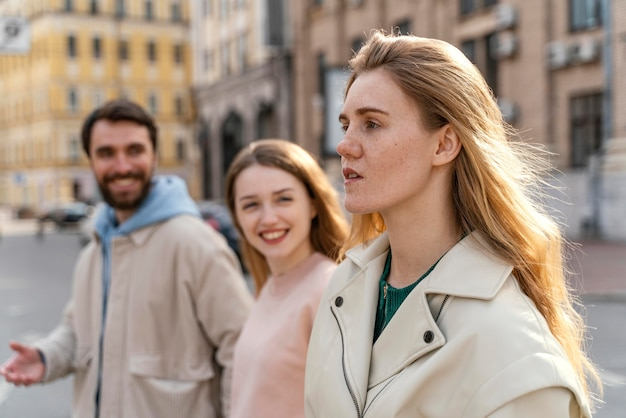 도시에서 야외에서 친구의 그룹의 측면보기
