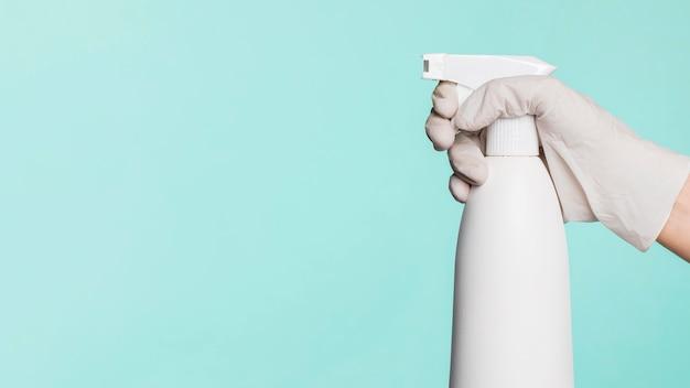 コピースペースで清めを保持している手の側面図
