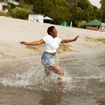Вид сбоку счастливой женщины на пляже