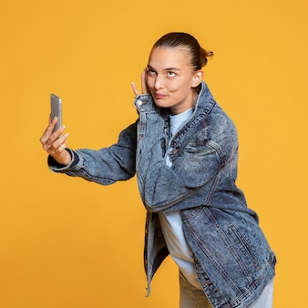 スマートフォンを持っているうれしそうな女性の側面図