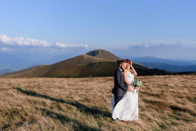 화창한 날 야외에서 아름다운 커플의 사랑 이야기의 측면 보기