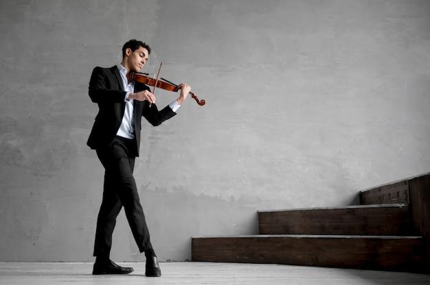 ヴァイオリンを弾く男性ミュージシャンの側面図