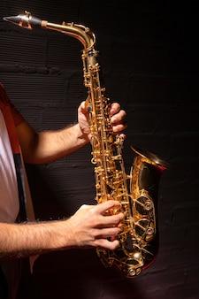サックスを演奏する男の側面図