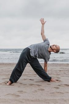 Вид сбоку человека, практикующего позы йоги за пределами