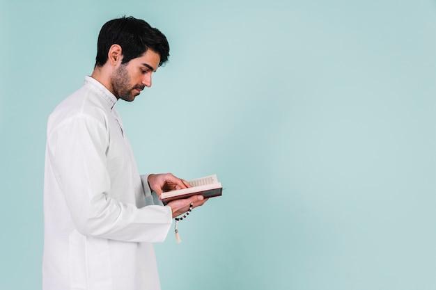 Quranで読む男の側面図