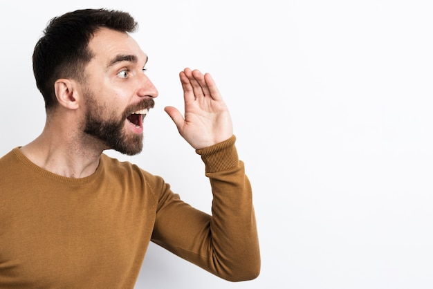 叫ぶ男の側面図
