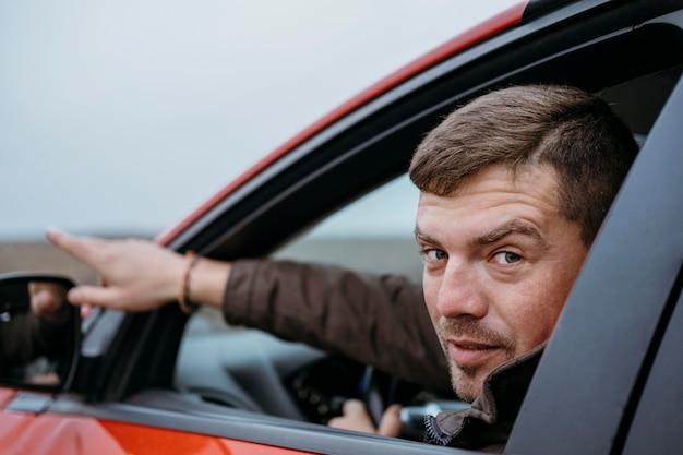 Вид сбоку человека, сидящего в машине