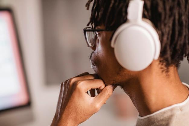 現代のヘッドフォンを使用して男の側面図