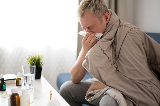 鼻水を持つ男の側面図