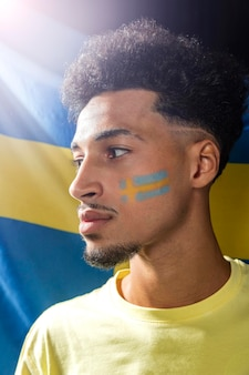 Вид сбоку человека со шведским флагом