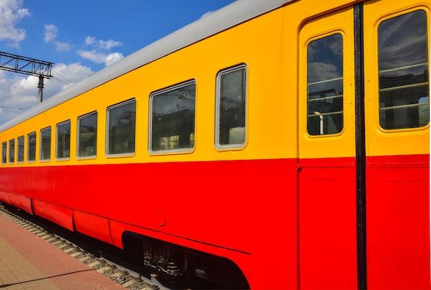 Вид сбоку современного вагона поезда