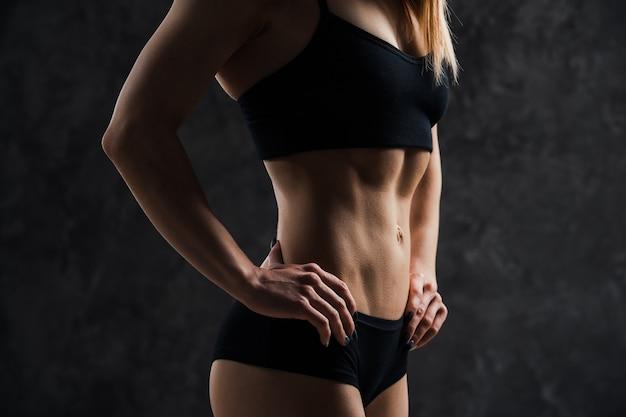 筋肉フィットネス女性モデルの側面図