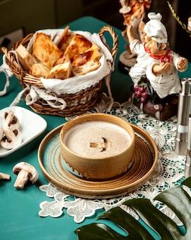 Вид сбоку грибной крем-суп в миске
