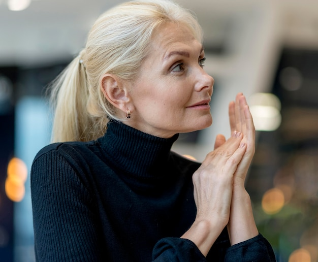 Вид сбоку пожилой деловой женщины, работающей
