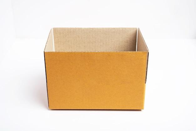 열린 갈색 골 판지 상자의 측면보기입니다.