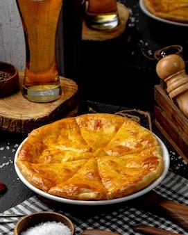 テーブルの上のチーズのオセチア風パイの側面図
