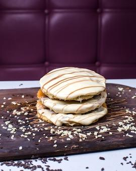 木の板にホワイトチョコレートのパンケーキの側面図