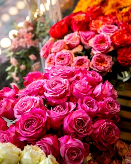 ピンク色のバラの花の花束の側面図