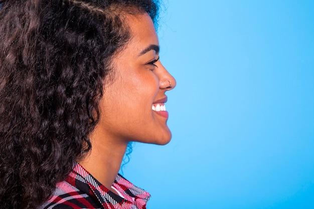 파란색 배경에 꽤 아프리카 여자 아름다움의 측면보기-imagem.