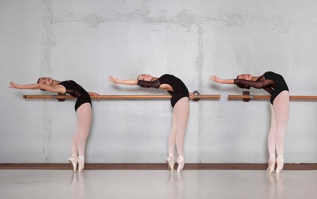 Вид сбоку профессиональных балерин, тренирующихся вместе в купальниках