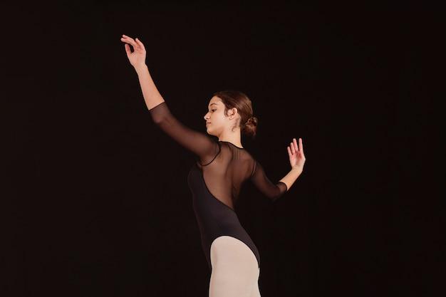 혼자 연습하는 전문 발레 댄서의 측면보기