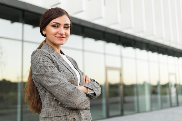 Вид сбоку профессиональной деловой женщины, позирующей на открытом воздухе