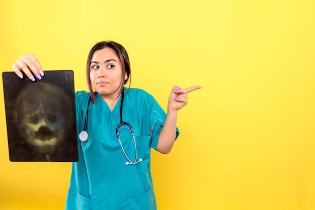 방사선 전문의의 측면보기 방사선 전문의는 환자의 x- 레이를 살펴 봅니다.