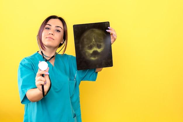 환자 머리의 x- 레이 덕분에 방사선 전문의의 측면보기 방사선 전문의가 그를 도울 수 있습니다.