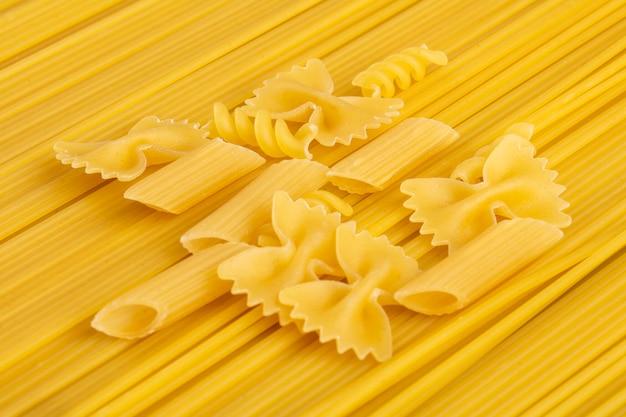 パスタと生スパゲッティの側面図