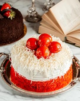 Вид сбоку красного бархатного торта на столе