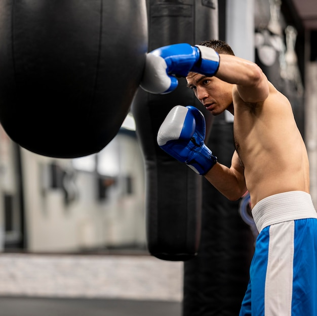 上半身裸の男性ボクサートレーニングの側面図