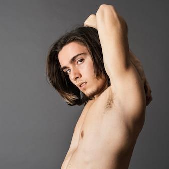Вид сбоку человека без рубашки