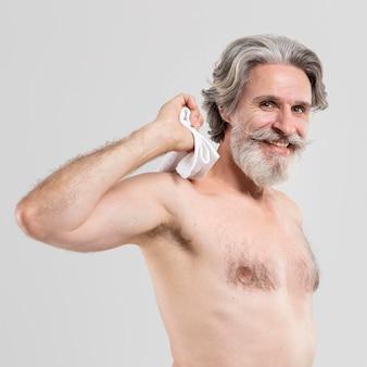 タオルでスマイルの年配の男性の側面図