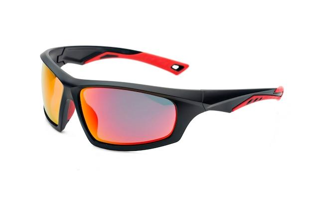 Спортивные солнцезащитные очки, вид сбоку, изолированные на белом фоне