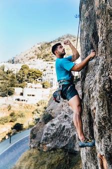 スポーティな男の登山の側面図
