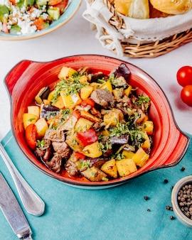 Вид сбоку тушеного мяса и овощей