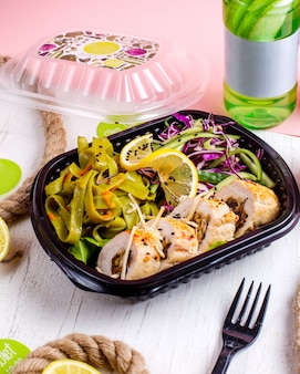 野菜にんにくとナッツのチキンロールの側面図、宅配ボックスにキャベツのサラダを添えて