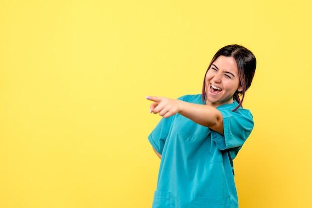 医療制服を着た良い医者の笑顔の医者の側面図は側面を指しています