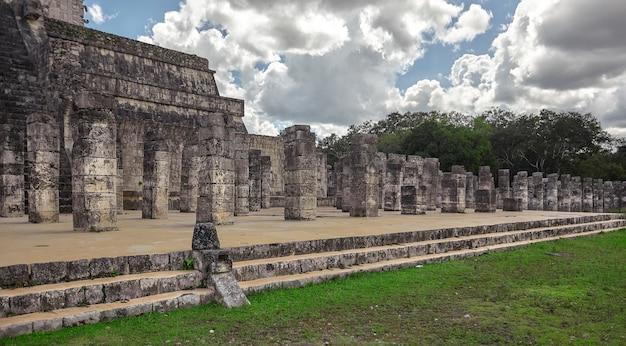 メキシコのチチェンイツァの考古学複合施設にある柱のある戦士の神殿の側面図