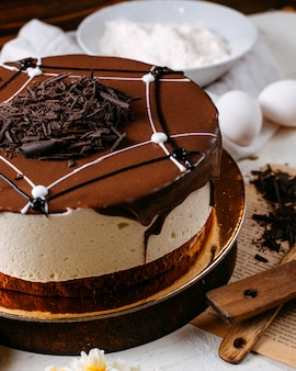 테이블에 초콜릿 뿌리를 얹은 티라미수 케이크의 측면보기