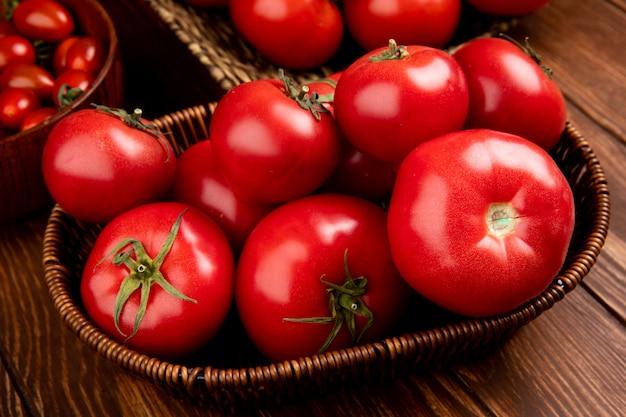 나무 테이블에 바구니에 토마토의 측면보기
