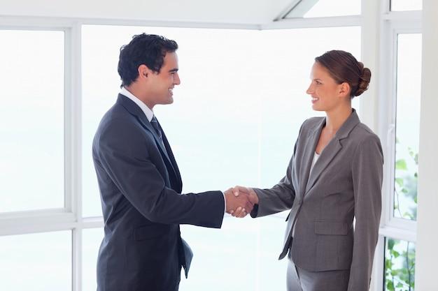 Вид сбоку торгового партнера, рукопожатие