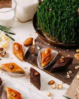 Вид сбоку традиционного азербайджанского праздника печенье пахлава на деревенском с орехами