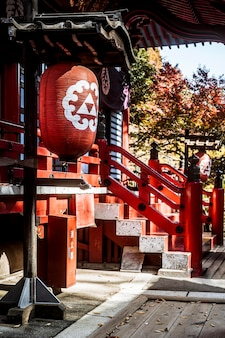 Вид сбоку на традиционный деревянный японский храм