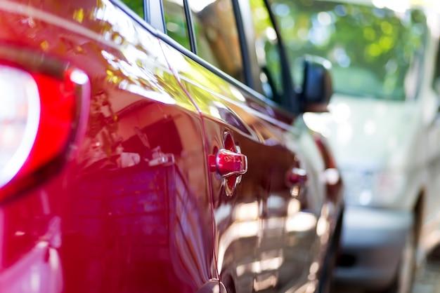 Вид сбоку поворота роскошного автомобиля в движении