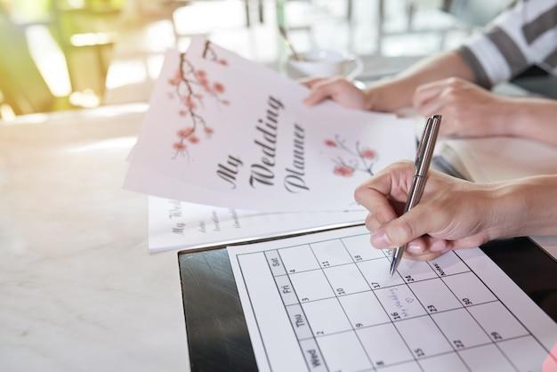Вид сбоку двух неузнаваемых людей, планирующих день своей свадьбы