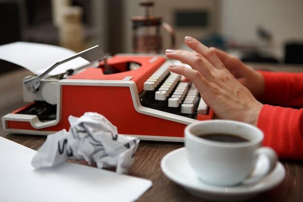 Пишущая машинка на столе, вид сбоку
