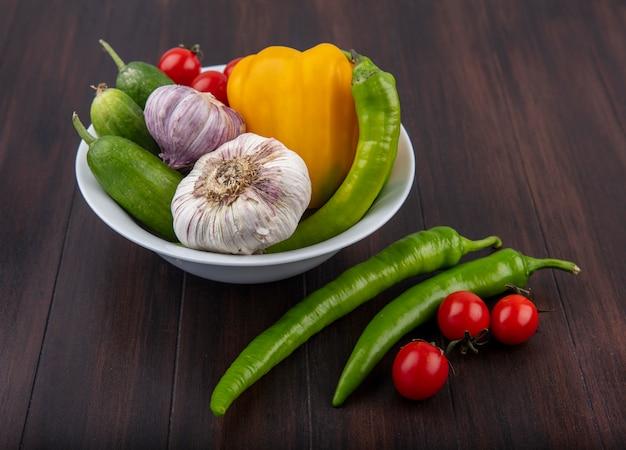 ニンニクピーマンキュウリとトマトの木のボウルとして野菜の側面図