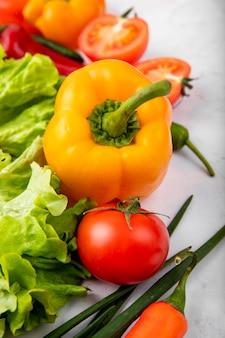 白い表面に唐辛子レタスねぎとして野菜の側面図